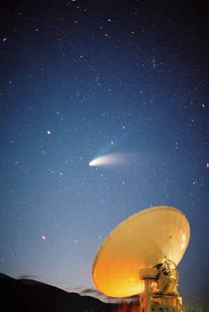 ヘール・ボップ彗星を追う野辺山の45m電波望遠鏡。国立天文台野辺山宇宙電波観測所公式サイト→ http://www.nro.nao.ac.jp/